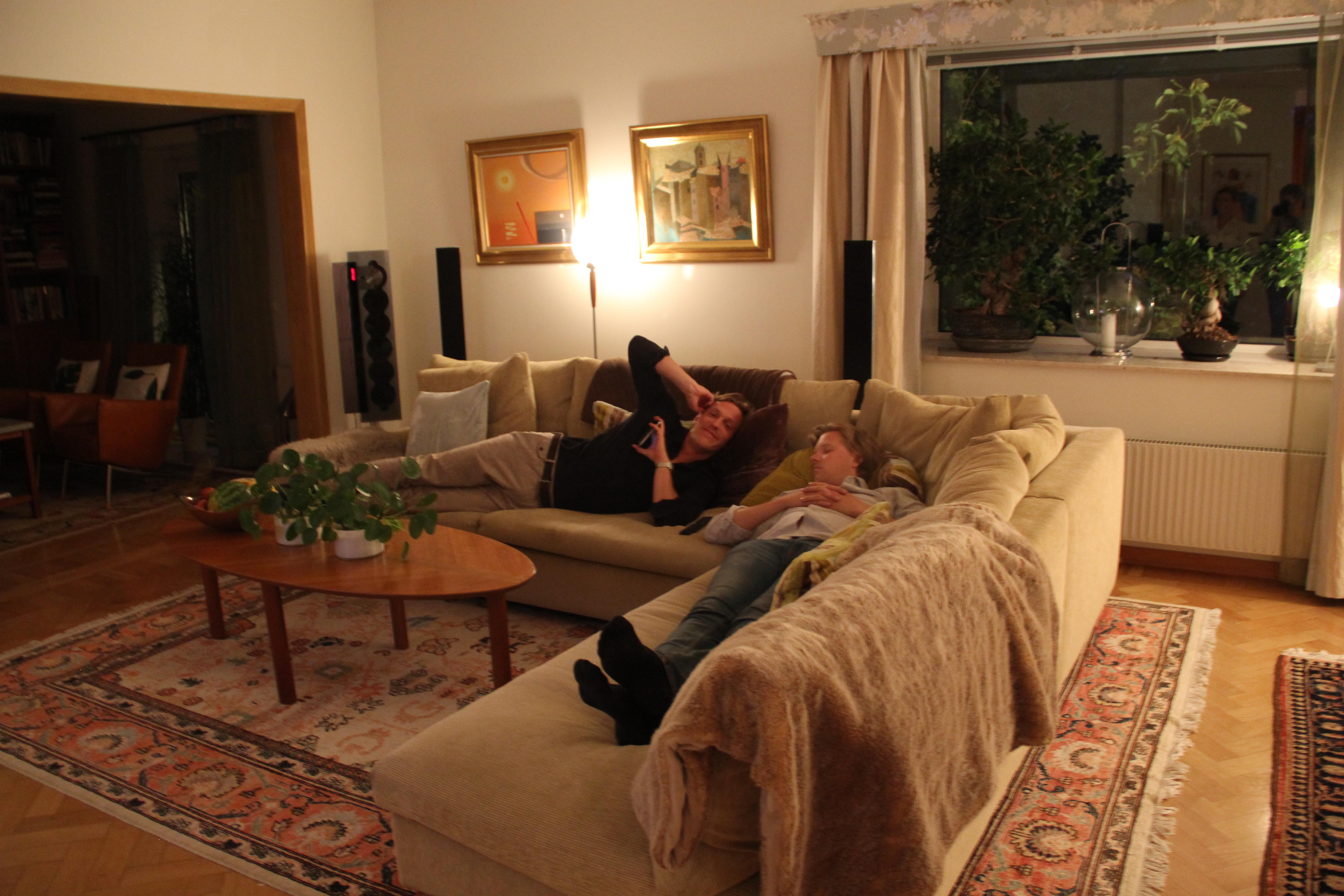 d0d8dc5be1da Sedan slocknade vi i soffan och gjorde oss redo för lördagens galej.