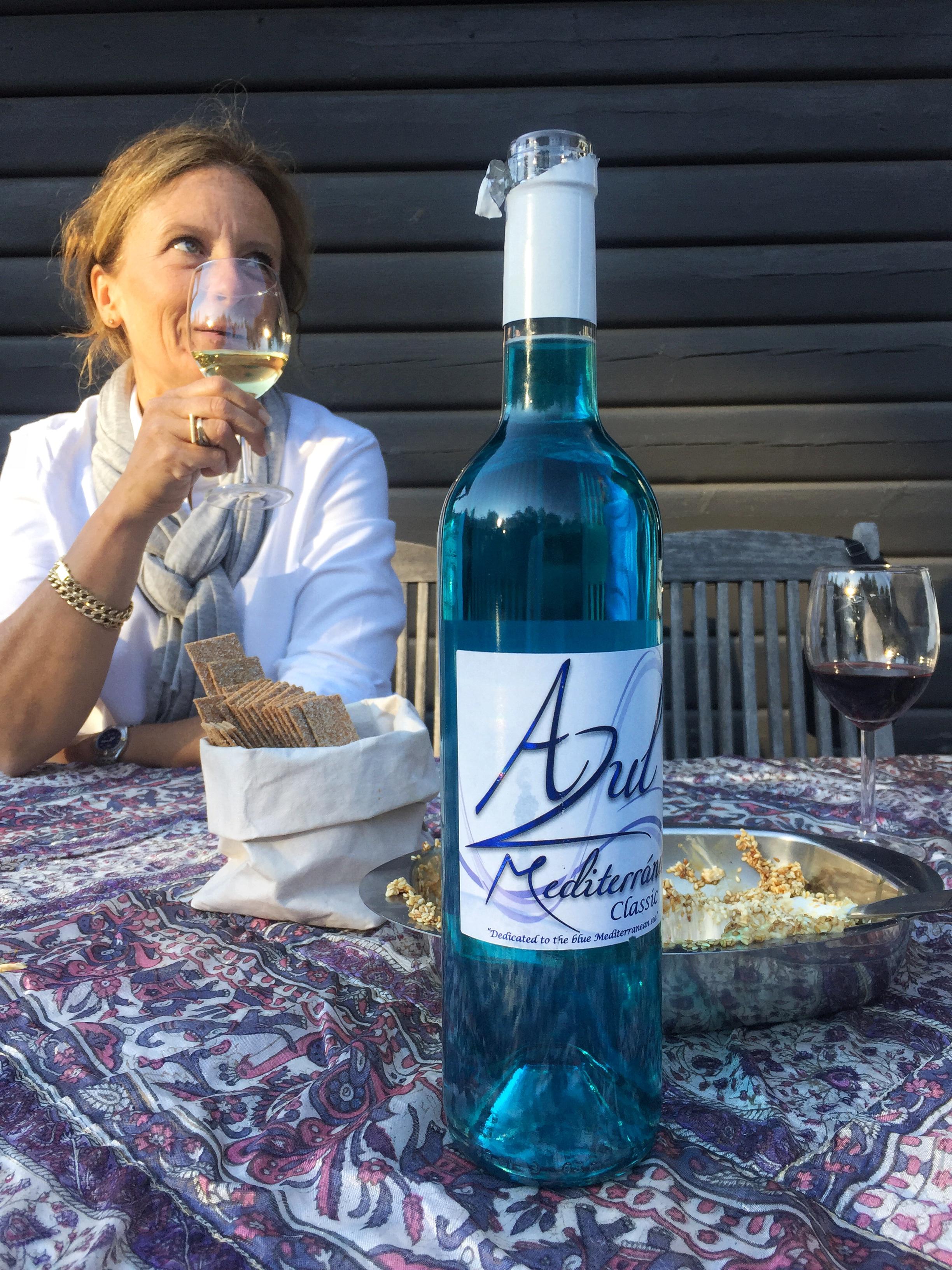 Hej där bakom vinet mamma! Pappa hade varit och lekt på systembolaget och  köpt med sig en flaska blått vin som blev ett spännande inslag. 4a07cf7a37603